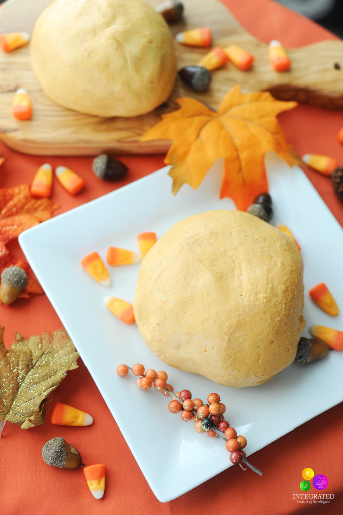 Easy Where's Waldo Pumpkin Spice Play Dough Sensory Activities | ilslearningcorner.com #pumpkin #playdough #kidsactivities